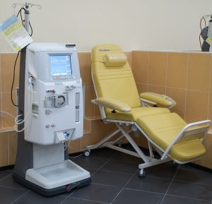 Patients with kidney failure use dialysis machines to clean their blood. The interaction between the blood and the machine can cause tiny blood clots, which can accumulate and cause complications, such as diminished brain function and eventually death. (Image: Виталий Поспелов, CC BY-SA 3.0)